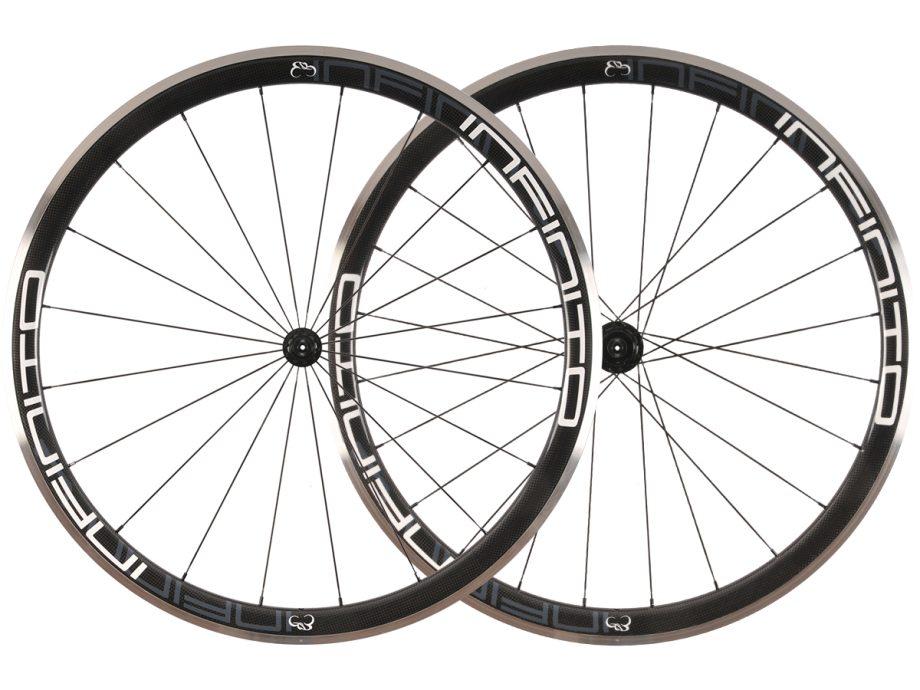 https://www.infinito-cycling.com/wp-content/uploads/2019/01/R4AC-Witte-velg-Zwarte-naaf-1.jpg