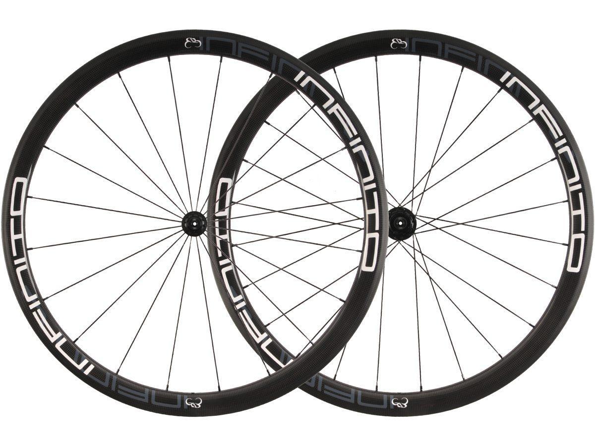 https://www.infinito-cycling.com/wp-content/uploads/2019/01/R4T-Witte-velg-Zwarte-naaf-1.jpg