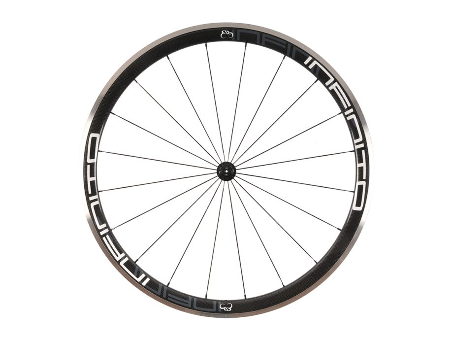 https://www.infinito-cycling.com/wp-content/uploads/2019/02/R4AC-Witte-velg-Zwarte-naaf-Front-1.jpg