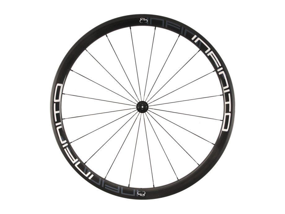 https://www.infinito-cycling.com/wp-content/uploads/2019/02/R4C-Witte-velg-Zwarte-naaf-Front-1.jpg