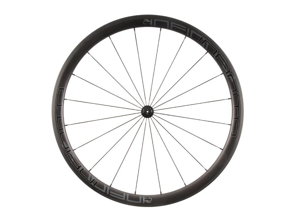 https://www.infinito-cycling.com/wp-content/uploads/2019/02/R4C-Zwarte-velg-Zwarte-naaf-Front-1.jpg